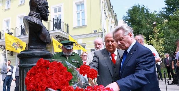 Мемориальные акции, приуроченные к 100-летию гибели семьи Романовых, прошли в разных городах Российской Федерации