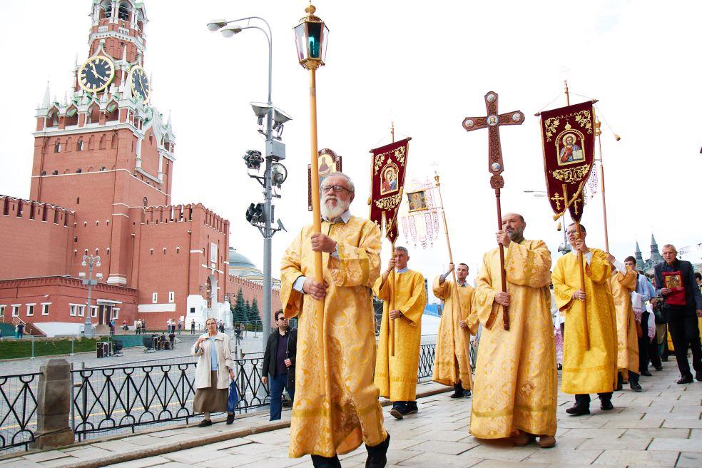 Божественная литургия и молебен на территории храма Василия Блаженного